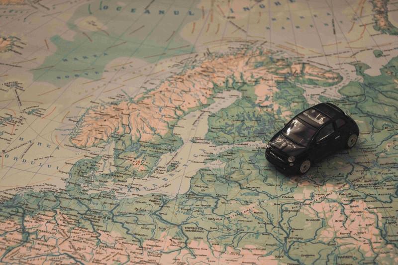 mapa oraz mały samochód; podróżowanie