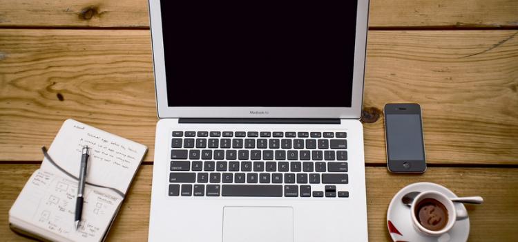 laptop kawa i notatnik na drewnianym stole