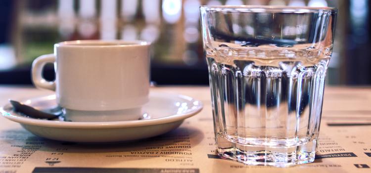 kawa i woda w restauracji