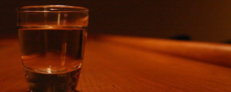 szklanka wody na czerwonym tle