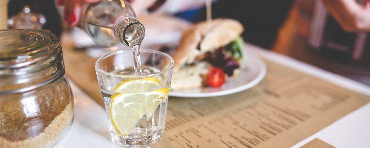 woda nalewana do szklanki woda z cytryną