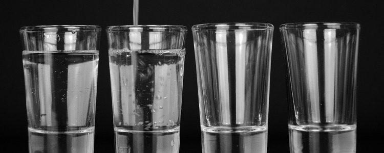 szklanki-z-woda z zanieczyszczeniami